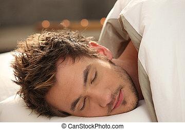 bonito, homem jovem, adormecido, cama