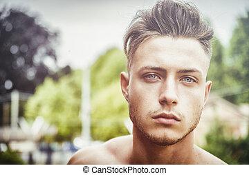 bonito, homem jovem, ao ar livre, headshot