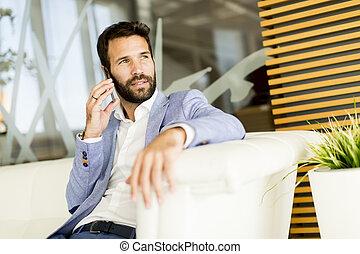 bonito, homem jovem, com, telefone móvel