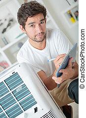 bonito, homem jovem, eletricista, instalar, ar condicionado