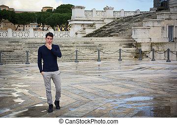 bonito, homem jovem, em, roma, frente, vittoriano, monumento