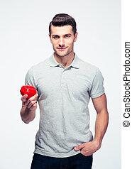 bonito, homem jovem, segurando, pimenta vermelha