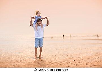 bonito, irmã, irmão, pôr do sol, bebê, praia, tocando