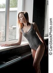 bonito, janela, mulher, jovem, swimsuit
