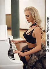 bonito, jogo, mulher, pele, coat., langerie, pretas, piano., loura, deslumbrante, excitado, modelo, sensual