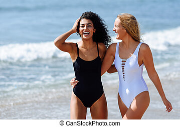 bonito, jovem, dois, swimsuit, praia tropical, corpos, mulheres
