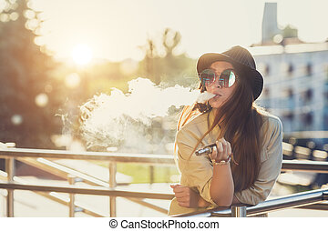 bonito, jovem, hipster, mulher, em, chapéu preto, vape,...