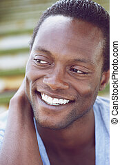 bonito, jovem, homem americano africano, sorrindo
