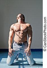 bonito, jovem, homem músculo, shirtless, ajoelhando, chão, segurando cabeça, cima, desgastar, calças brim