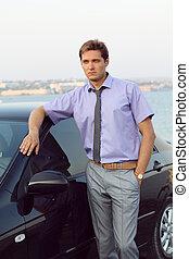 bonito, jovem, homem negócio, relaxado, perto, car, exterior