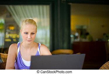 bonito, jovem, loura, menina, eith, dela, laptop.