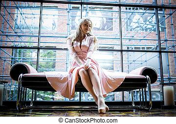 bonito, jovem, loura, mulher, em, vestido cor-de-rosa, sentando, banco