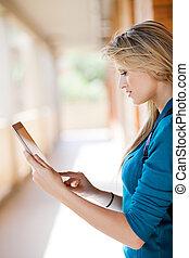 bonito, jovem, loura, mulher, usando, tabuleta, computador