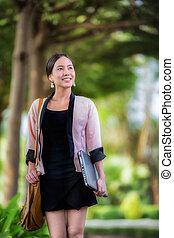 bonito, jovem, mulher asian, andar