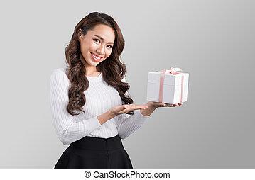 bonito, jovem, mulher asian, segurando, caixa presente