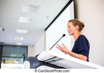 bonito, jovem, mulher negócio, dando uma apresentação