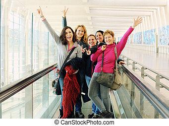 bonito, junto, cinco, viajando, retrato, amigos