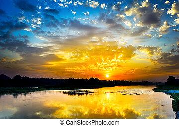 bonito, lago, paisagem, com, vívido, amanhecer, ligado, a, céu nublado