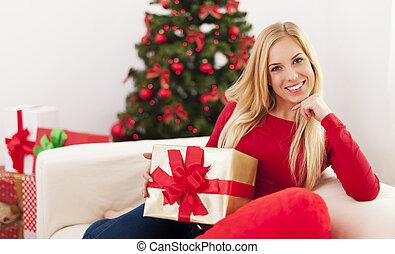 bonito, loiro, assento mulher, em, sala de estar, durante, a, tempo natal