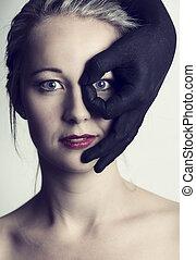 bonito, loiro, mulher olha, através, dedos, de, pretas, passe, dela, rosto, artisticos, conversão