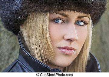 bonito, loura, mulher, com, olhos azuis, em, chapéu pele