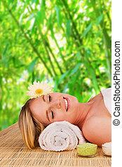bonito, loura, mulher relaxando, conceito, de, spa