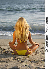 bonito, loura, sentar praia, em, pôr do sol, olhar, a, ocean.
