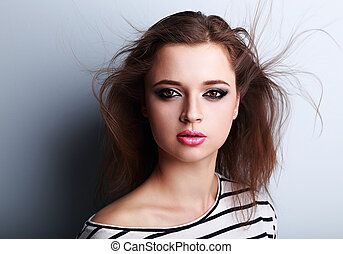 bonito, luminoso, maquilagem, mulher, com, cor-de-rosa, batom, e, vento, cabelo