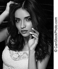 bonito, luminoso, noite, maquilagem, femininas, modelo, posar, em, moda, topo branco, ligado, escuro, experiência., closeup, preto branco, retrato