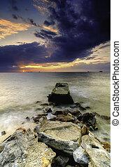 bonito, luz, clouds., escuro, concreto, dramático, pôr do sol, abandono, praia, macio, estrutura, raio