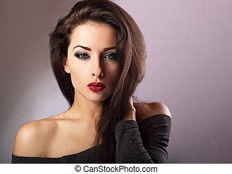 bonito, maquilagem, excitado, mulher, com, quente vermelho, batom, e, longo, lashes olho, olhar, expressão, ligado, experiência azul