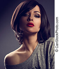 bonito, maquilagem, mulher, com, cabelo curto, estilo, e, quente vermelho, batom, posar, com, excitado, ombro, ligado, escuro, sombra, experiência., closeup, toned, paixão, retrato