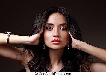 bonito, maquilagem, mulher, com, cor-de-rosa, batom, e, longo, cabelo ondulado, olhar, calm., closeup, moda, retrato