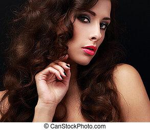 bonito, maquilagem, mulher, com, longo, marrom, cabelo ondulado, ligado, pretas