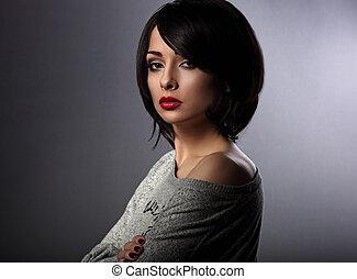 bonito, maquilagem, mulher, com, shortinho, pretas, penteado, olhar, sério, ligado, cinzento, experiência., closeup, retrato