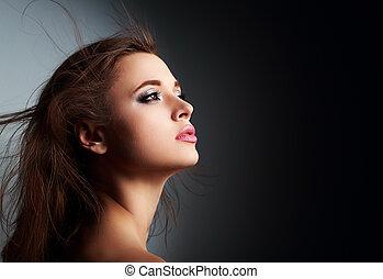 bonito, maquilagem, mulher, perfil, com, cabelo longo, olhar, com, esperança