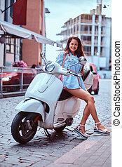 bonito, marrom, mulher, feliz, vestido, scooter, cabelo longo, posar, retro, rua., trendy, branca, roupas, italiano