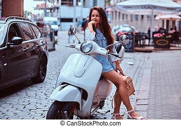 bonito, marrom, mulher, vestido, scooter, cabelo longo, posar, retro, rua., trendy, branca, roupas, italiano