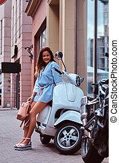 bonito, marrom, mulher, vestido, scooter, cabelo longo, posar, retro, rua., trendy, sorrindo, roupas, branca, italiano