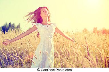 bonito, menina adolescente, ao ar livre, desfrutando, natureza