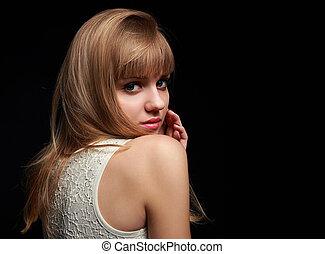 bonito, menina adolescente, olhar, feliz, com, lábios rosas, lustro, ligado, pretas