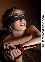 bonito, menina, blindfolded, posar, com, mãos, limite