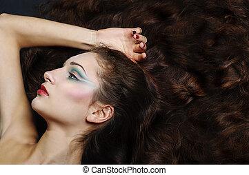 bonito, menina, com, longo, cabelo ondulado