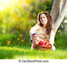 bonito, menina, comer, orgânica, maçã, em, a, pomar