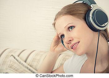 bonito, menina, desfruta, escutar música, ligado, fones, enquanto, mentindo, sofá