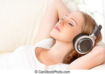 bonito, menina, em, fones, desfrutando, música, casa