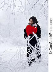 bonito, menina, em, inverno, floresta, com, coração vermelho