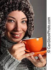 bonito, menina, em, morno, chapéu lã, chá bebendo