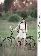 bonito, menina, em, vindima, vestido branco, com, bicicleta velha, ligado, a, verde, verão, field.