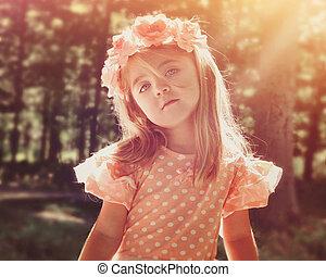 bonito, menina flor, em, madeiras, com, sol